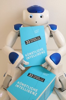 Nao-Roboter mit Buch